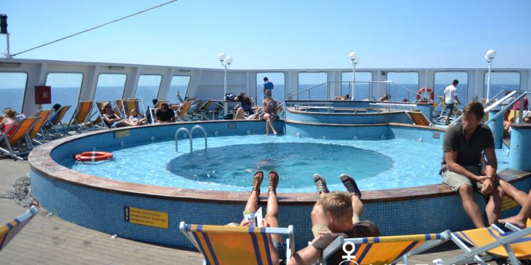 mega-express-five-corsica-ferries-sdraio-piscina